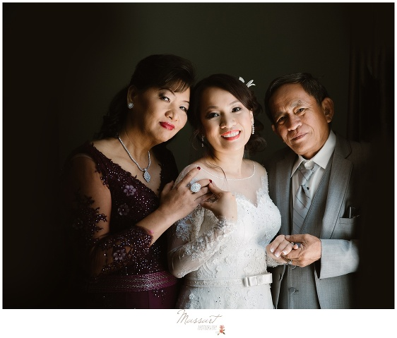 portrait of the bride with her parents photographed by massart photography ri